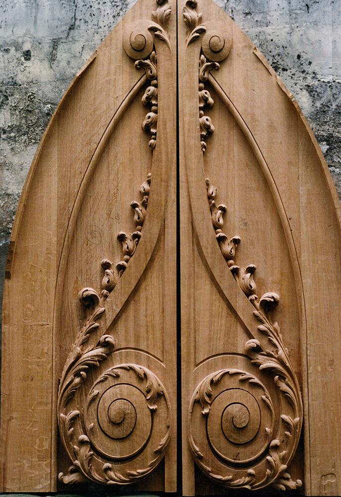 A Versatile And Iconic Wood Carver Artifact Paris